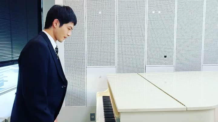 ピアノの前に座る松下洸平
