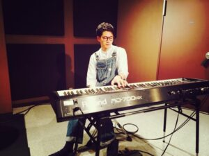 ピアノに手を添える松下洸平