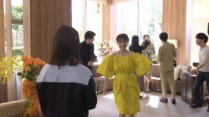 黄色のドレスを着た上白石萌音