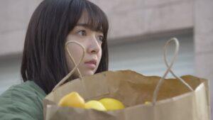 袋に入ったレモンを抱える上白石萌音