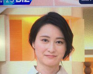 ベージュのシャツを着て微笑む小川彩佳アナ