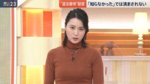 タートルネックの服を着た小川彩佳アナ
