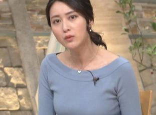 青い服をきた小川彩佳アナ