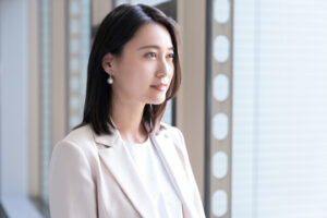 オフホワイトのスーツを着た小川彩佳アナの横顔