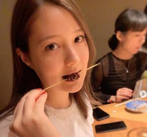 焼き鳥を食べるトリンドル瑠奈